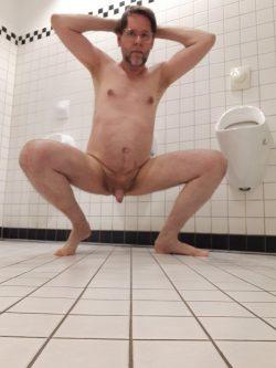 Fag Jörg naked at public toilet.